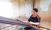 Женщины селения Книа общины Еатул провинции Даклак сохраняют ручное ткачество