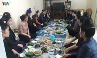 Народность Тхай в провинции Шонла до сих пор сохраняет традицию петь в знак проводов жениха и встречи невесты