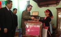 Thống đốc Ngân hàng Nhà nước Nguyễn Văn Bình tặng quà tết cho hộ nghèo Lai Châu