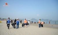 Quảng Ninh hưởng ứng phong trào dọn rác bãi biển