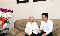 Trưởng ban Ban Tuyên giáo Trung ương Võ Văn Thưởng thăm Anh hùng Lao động, Thầy thuốc Nhân dân Đoàn Thúy Ba