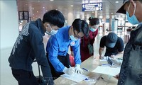 Thanh niên xung kích hỗ trợ cảng hàng không ở Hải Phòng trong dịp Tết