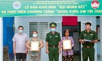 Bộ đội Biên phòng Sóc Trăng tặng nhà và học bổng cho hộ nghèo, học sinh vùng biên giới biển