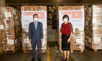 Đại sứ quán Việt Nam tại Singapore tiếp nhận hàng viện trợ của Quỹ Tamasek