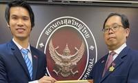 """Trao kỷ niệm chương"""" Vì hòa bình, hữu nghị giữa các dân tộc"""" cho Tổng Lãnh sự Vương quốc Thái Lan tại TP Hồ Chí Minh"""