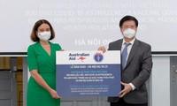 Bộ Y tế tiếp nhận 300.000 liều vaccine COVID-19 và trang thiết bị chống dịch từ Australia