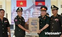 Kementerian Pertahanan Vietnam memberikan bingkisan membantu instansi kedokteran militer Kamboja
