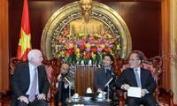 Ketua MN Nguyen Sinh Hung menerima Senator AS, John McCain