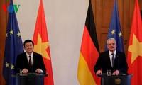 Presiden Truong Tan Sang dan Presiden Jerman, Joachim Gauck melakukan jumpa pers