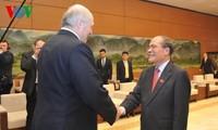 Ketua MN Nguyen Sinh Hung melakukan pertemuan dengan Presiden Belarus, Alexander Lukashenko.