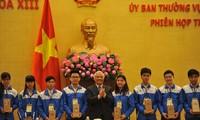 Menemui  82 pelajar peserta babak final sayembara Jayalah Vietnam