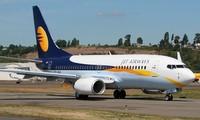 Para penumpang harus keluar dari pesawat terbang setelah ada peringatan tentang adanya bom