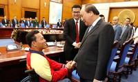 PM Nguyen Xuan Phuc melakukan pertemuan dengan para pemuda Vietnam yang tipikal