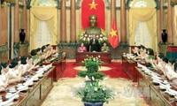 Presiden Vietnam, Tran Dai Quang bertemu dengan wanita Pasukan Keamanan Publik Rakyat yang tipikal