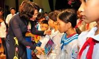 Wapres Vietnam memberikan bingkisan kepada para pelajar miskin di propinsi Hung Yen