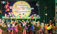 Bergotong royong merawat anak-anak di seluruh negeri untuk menyambut Festival Medio Musim Gugur