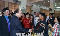 PM VN, Nguyen Xuan Phuc memberikan bingkisan kepada orang miskin dan buruh Provinsi Dak Lak