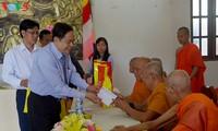 Ketua Pengurus Besar Front Tanah Air Vietnam, Tran Thanh Man melakukan kunjungan dan mengucapkan selamat Hari Raya Tet Chol Chnam Thmay di Propinsi Tra Vinh