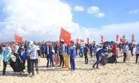 Ribuhan orang bekerjasama untuk membersihkan laut Quang Tri