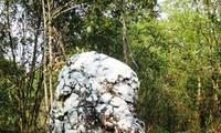 Kakek tua batu putih- Bungkahan batu keramat dari warga etnis minoritas Ha Nhi di daerah perbatasan