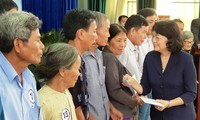 Wapres Dang Thi Ngoc Thinh memberikan bingkisan kepada orang berjasa dan pelajar miskin Propinsi Quang Nam