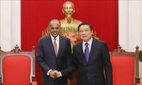 Kepala Departemen Urusan Internal  KS PKV Phan Dinh Trac menerima Menteri Dalam Negeri, merangkap Menteri Hukum Singapura