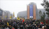 Pawai mendukung dan menentang Konvensi Migrasi Global di Belgia