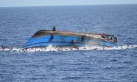 Sebuah  kapal  terbalik di Indonesia, sehingga puluhan orang menjadi korban
