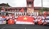 Para suporter Vietnam mendukung timnas Vietnam di stadion Kapten I Wayan Dipta