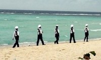 Naval zone delegations pay Tet visit to islands