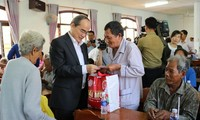 Tet gifts offered to disadvantaged people across Vietnam