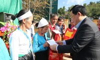 Party, State leaders present Tet gifts to disadvantaged households