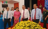 Leaders pay Tet visits to policy beneficiaries, poor people
