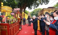 Party chief and President pays tribute to King, plants tree at Thang Long Imperial Citadel
