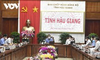 Deputy PM asks Hau Giang to control pandemic before social distancing ends