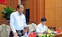 越南政府副总理张和平在广南省越南英雄母亲纪念塑像前上香