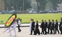 出席越南祖国阵线第九次全国代表大会的代表团入陵瞻仰胡主席遗容
