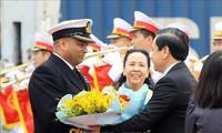 """英国皇家海军""""进取号""""巡洋舰抵达海防市新武港"""