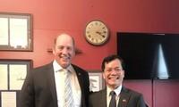 越南驻美国大使何金玉与美国众议院议员泰德·游贺通电话
