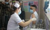 越南胡志明市为郡级医院医护人员进行新冠疫苗接种