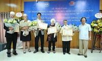 Памятная медаль «За мир и дружбу между народами» была вручена шести американским активистами за мир
