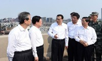 Chinese premier Li Keqiang inspects blast-damaged area in Tianjin