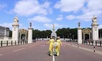 Áo Dài Việt Nam rực rỡ trước cung điện Buckingham, Vương quốc Anh