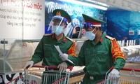 Military forces help locals shop amid tighter restrictions in HCM City