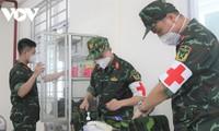 """Ảnh: Các chiến sĩ trẻ tất bật """"đi chợ"""", khám chữa bệnh cho người dân TP.HCM"""