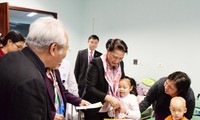 Party, State leaders present Tet gifts to disadvantaged people