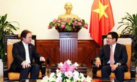 Phó Thủ tướng, Bộ trưởng Ngoại giao Phạm Bình Minh tiếp Quốc Vụ khanh Bộ Ngoại giao Anh Hugo Swire