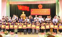 Phó Chủ tịch Nước Đặng Thị Ngọc Thịnh thăm, tặng quà tại huyện Mù Cang Chải