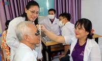 Bác sỹ Việt Nam khám mắt, tặng kính miễn phí cho bà con nghèo Campuchia