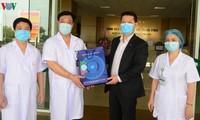 Đài TNVN trao 500 triệu đồng của doanh nghiệp ủng hộ cán bộ y tế chống dịch Covid-19